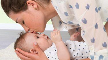 Medela Osłony piersi – matka całująca dziecko