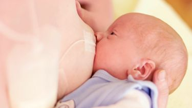 System wspomagający karmienie i matka karmiąca niemowlę piersią